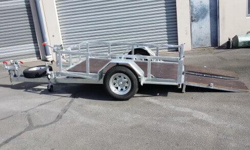 scissor-lift trailer tilting side view