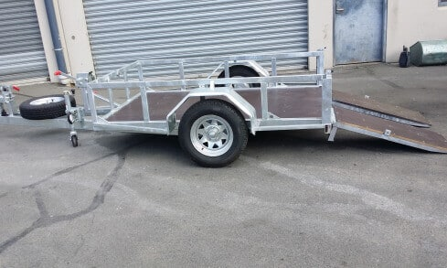 scissor-lift trailer side view