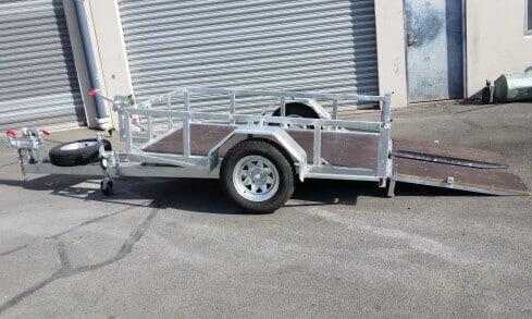 scissor-lift trailer tilting side view